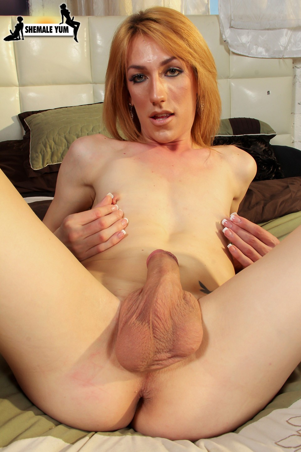 Divine big ass tranny likes to play 6